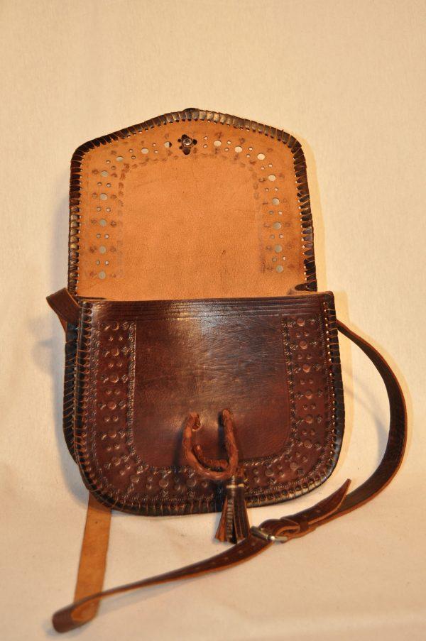 Bolso de piel marron oscuro con cierre de hueso.